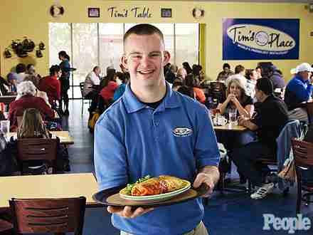 Ο πρώτος ιδιοκτήτης εστιατορίου με σύνδρομο Down λατρεύει τις αγκαλιές!