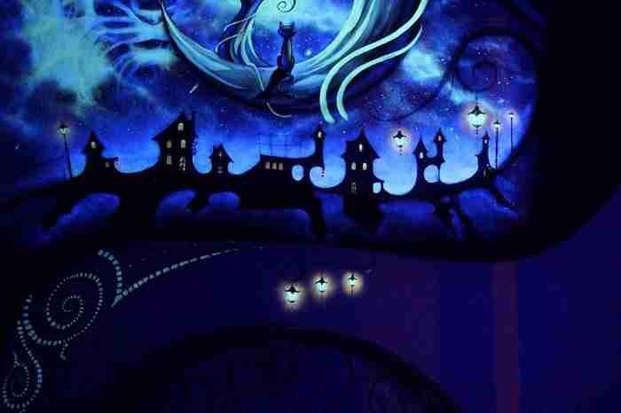 Όταν κλείνει τα φώτα το δωμάτιο της μεταμορφώνεται σε σκηνικό παραμυθιού