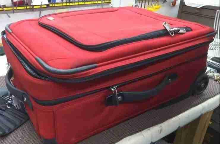 Ανοίγει τη βαλίτσα του για να αποκαλύψει κάτι συγκλονιστικό! Κάτι που όλοι θα έπρεπε να ξέρουμε