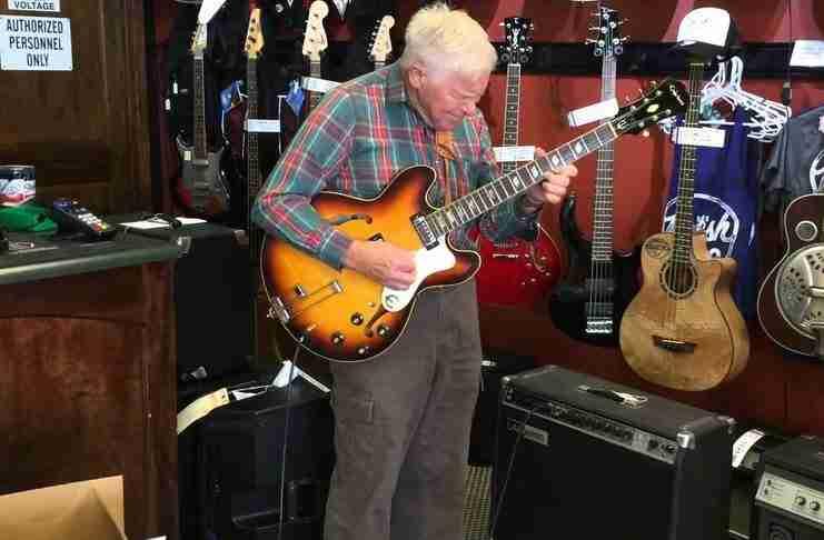 Ένας 80χρονος μπαίνει σε ένα κατάστημα με κιθάρες και αρχίζει να παίζει.. Απλά πρέπει να τον ακούσετε!