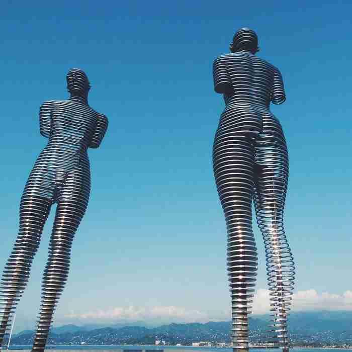 Δυο κινούμενα αγάλματα στη Γεωργία, ένας άντρας και μια γυναίκα, συμβολίζουν μια τραγική ιστορία αγάπης
