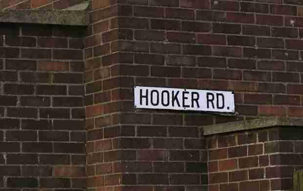 Όσο πιο προκλητικό είναι το όνομα της οδού που μένεις, τόσο πιο χαμηλή είναι και η αξία του ακινήτου.