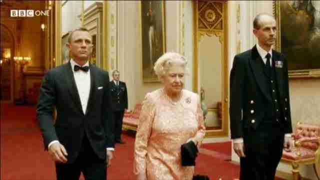 Αν τοποθετήσετε γραμματόσημο με το πρόσωπο το βασιλιά ή της βασίλισσας σε γράμμα ανάποδα, θα κατηγορηθείτε για προδοσία.