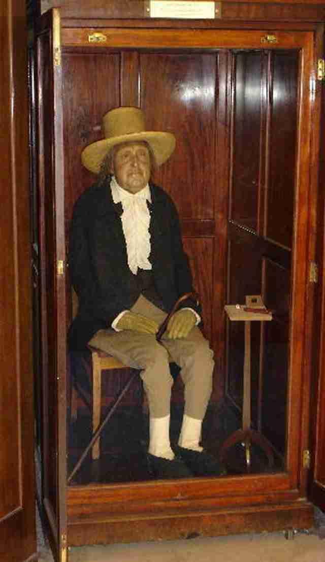 Ο Τζέρεμι Μπέντχαμ άφησε όλα του τα πλούτη του στο Πανεπιστήμιο του Λονδίνου το 1832. Είχε όμως έναν όρο