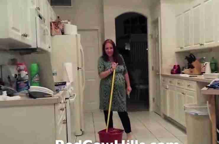 Ο σύζυγος βιντεοσκοπούσε την έγκυος γυναίκα του στη κουζίνα. Αλλά φρίκαρε όταν την είδε να κάνει αυτό!