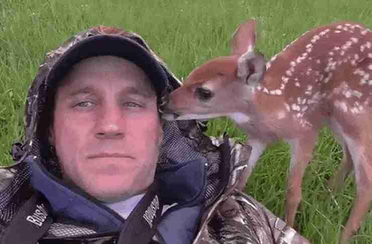 Αυτό το μωρό ελαφάκι αρνείται να αποχωριστεί τον άνθρωπο που του έσωσε τη ζωή