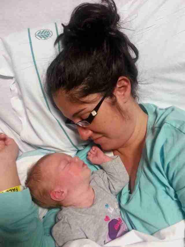 Η 23χρονη μητέρα είχε πεθάνει. Μέχρι που ακούμπησαν το μωράκι της πάνω της..