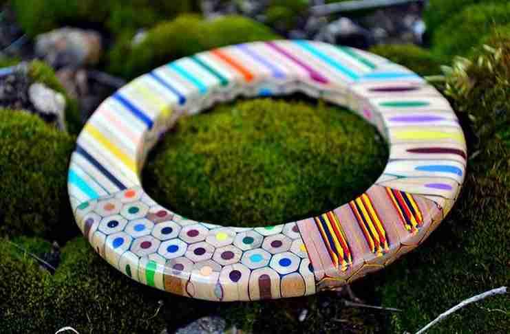 Τσέχα καλλιτέχνης παίρνει χρωματιστά μολύβια και δημιουργεί υπέροχα κοσμήματα!