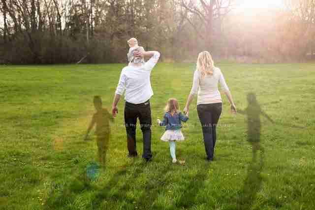 Ήθελαν να βγουν φωτογραφία με τις 2 τους κόρες. Αλλά υπάρχουν άλλοι 2 νεκροί άνθρωποι στην εικόνα..