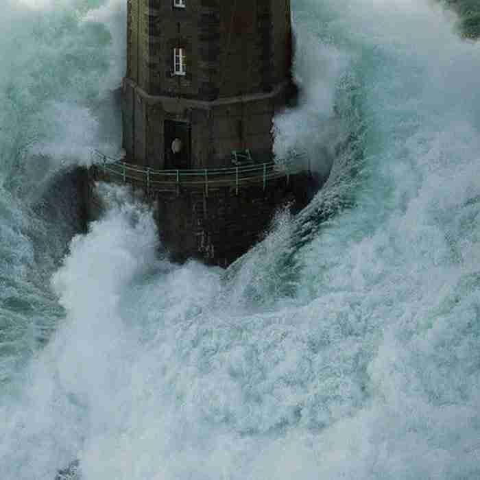 Αυτόν τον φαροφύλακα στο Mare της Γαλλίας. Μάλλον είναι ο πιο γενναίος φαροφύλακας στον κόσμο!