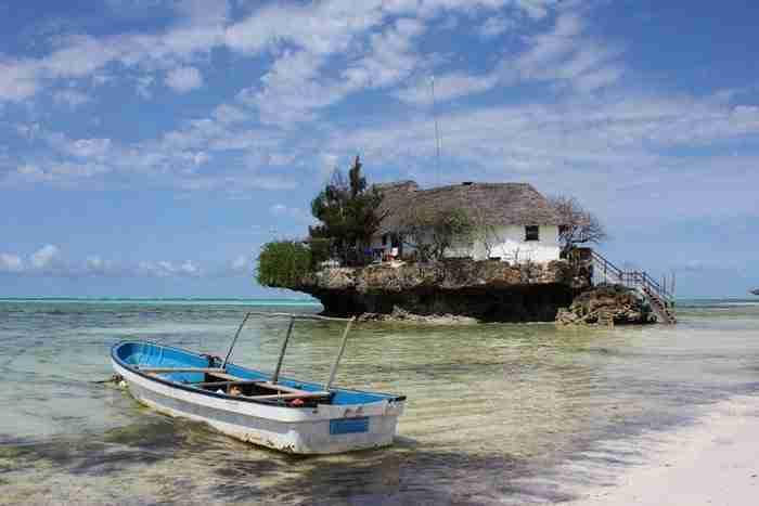 Αυτό το εστιατόριο πάνω σε ένα βράχο στην ανατολική ακτή της Ζανζιβάρης. Η πρόσβαση στο εστιατόριο εξαρτάται από την παλίρροια: Βάρκα ή περπατώντας!