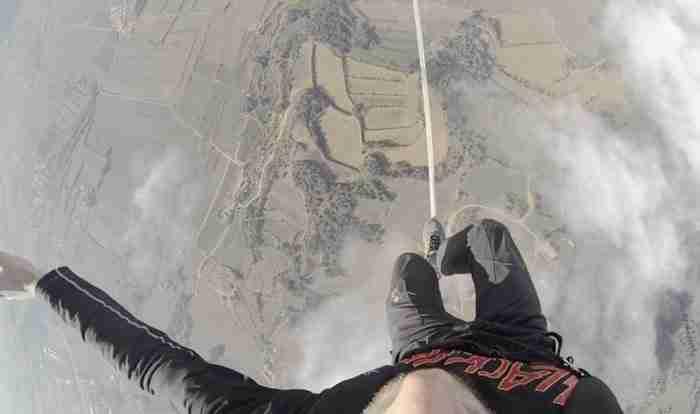 Τη θέα που βλέπει κάποιος που περπατάει σε τεντωμένο σχοινί. Το σχοινί είναι δεμένο σε δυο αερόστατα..