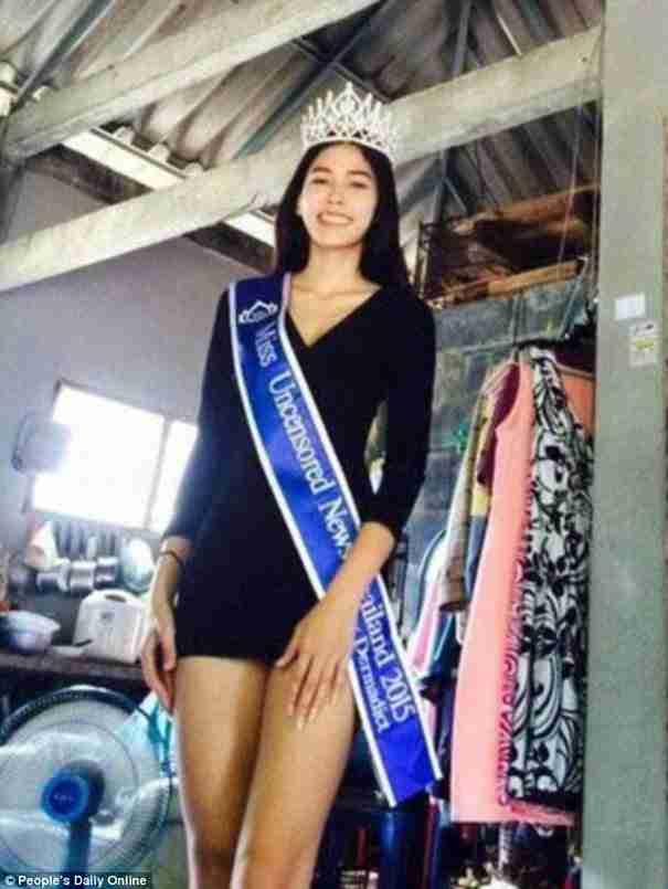 Νικήτρια καλλιστείων έπεσε στα γόνατα για να ευχαριστήσει τη μητέρα της που την μεγάλωσε μόνη της