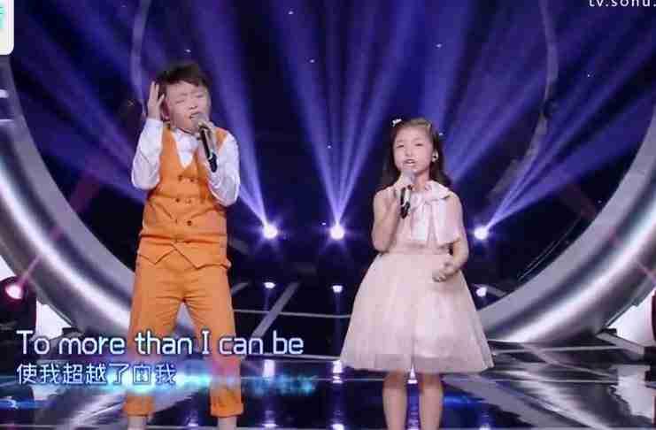 Το αγοράκι αρχίζει να τραγουδά. Αλλά όταν ξεκινάει και το κοριτσάκι, όλοι μένουν άναυδοι..