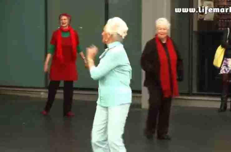 Μια ηλικιωμένη γυναίκα μπαίνει σε ένα πολυκατάστημα. Μόλις αρχίζει η μουσική, αρχίζει και το σώου!