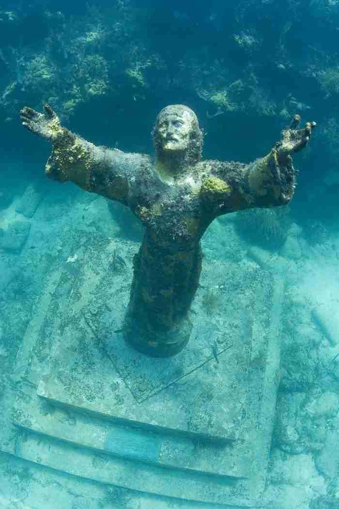 Ένας δύτης βρήκε στο βυθό ένα μυστηριώδες άγαλμα του Ιησού και το φωτογράφισε. Οι φωτογραφίες είναι εκπληκτικές