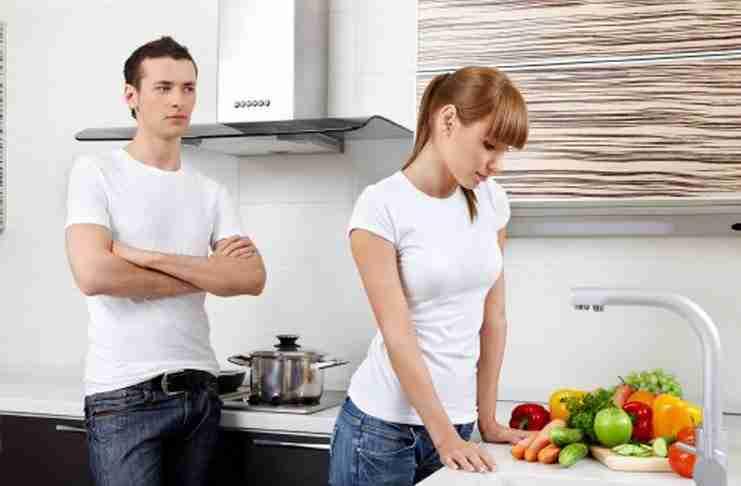 Ο σύζυγος μπήκε στην κουζίνα και άρχισε να ουρλιάζει στη γυναίκα του. Αλλά είχε τον λόγο του..