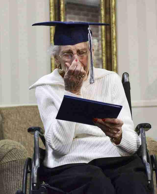 97χρονη παίρνει απολυτήριου Λυκείου και ξεσπάει σε δάκρυα χαράς!