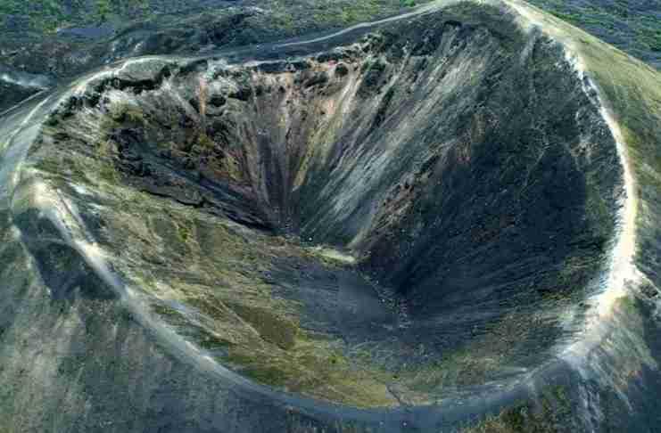 Έσκαβε το χωράφι του όταν ξαφνικά κάτω από τα πόδια του δημιουργήθηκε ένα ηφαίστειο!