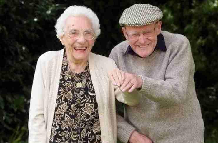 Δυο ηλικιωμένοι είδαν έναν πλούσιο να παρενοχλεί μια σερβιτόρα. Αυτό που ακολούθησε είναι απίστευτο..