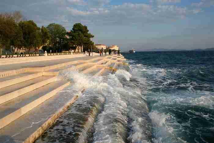 Κάτι πολύ όμορφο συμβαίνει όταν τα κύματα σκάνε σε αυτόν τον πεζόδρομο!