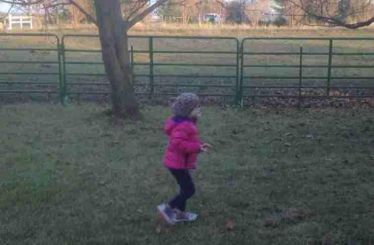 Μια μητέρα βιντεοσκοπεί τη κόρη της που τρέχει στην αυλή. Μοιάζει φυσιολογικό; Δεν είναι.