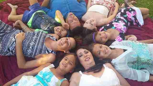Μητέρα υιοθέτησε τις 4 κόρες της καλύτερής της φίλης που πέθανε από καρκίνο