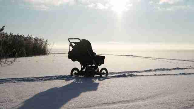 Γιατί στις Σκανδιναβικές χώρες αφήνουν τα καρότσια με τα μωρά έξω στο πολικό κρύο;