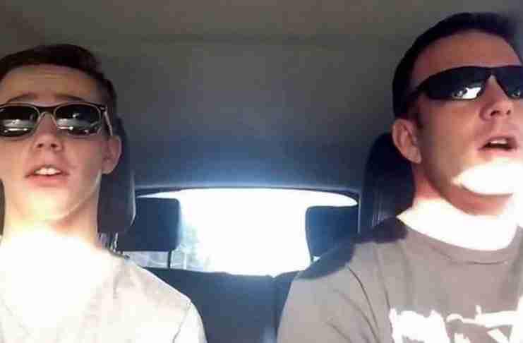 Μπαμπάς και γιος τραγουδούν Guns 'N Roses στο αυτοκίνητο. Αλλά μετά το ραδιόφωνο βάζει Taylor Swift..