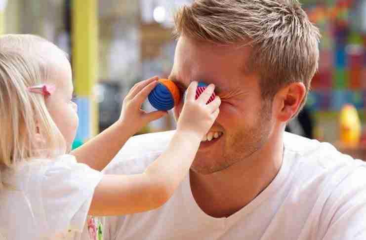 Ο μπαμπάς έπαιζε χαρούμενος με την κόρη του. Αλλά ο μπαμπάς δεν είχε σκεφτεί κάτι πολύ σημαντικό