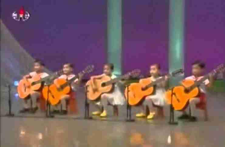 Οι κιθάρες είναι μεγαλύτερες από αυτά τα παιδιά από την Β. Κορέα. Αλλά ακούστε πως παίζουν!