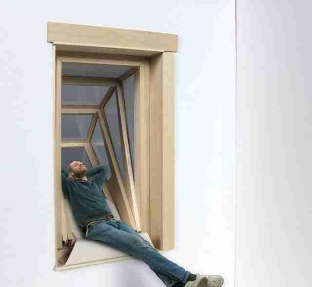 """Δημιούργησε παράθυρο που μετατρέπεται σε """"μπαλκόνι"""" για να φέρει τον ήλιο στα μικρά διαμερίσματα"""