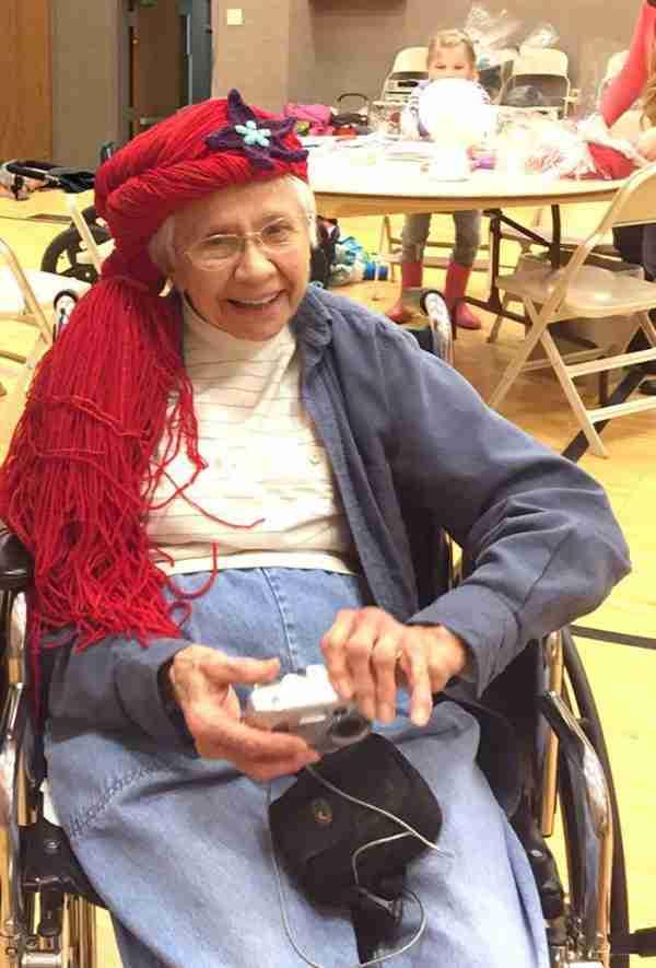 Μαμά πλέκει περούκες που θυμίζουν πριγκίπισσες της Ντίσνεϊ για τα παιδιά που πάσχουν από καρκίνο