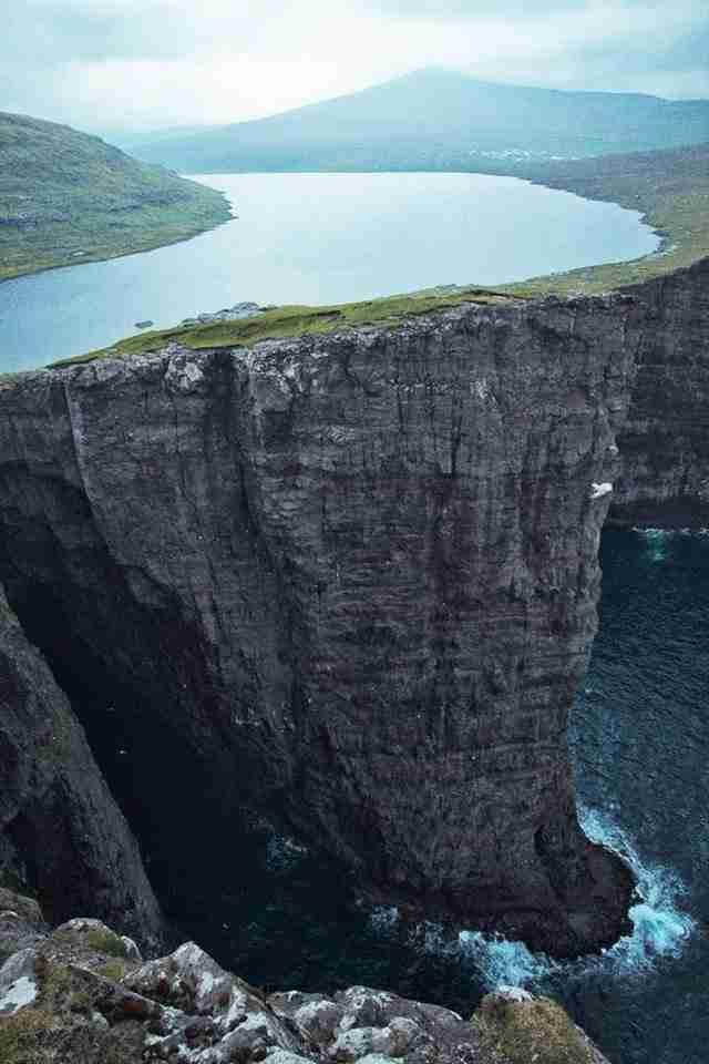Αυτή η λίμνη βρίσκεται πάνω από το ωκεανό. H μήπως όχι;