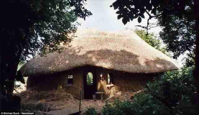 Μάζεψε φυσικά και ανακυκλωμένα υλικά και έφτιαξε αυτό το σπίτι. Πόσο του κόστισε; 180 ευρώ!