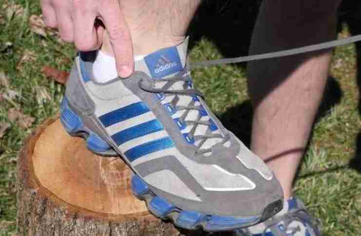 Ξέρετε γιατί υπάρχουν δυο έξτρα τρύπες στα αθλητικά παπούτσια;