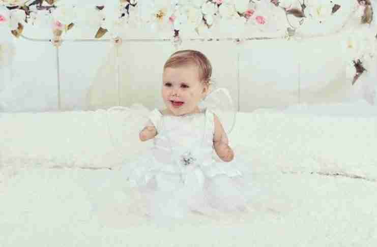 Όταν ήταν 10 μηνών έχασε χέρια και πόδια από μηνιγγίτιδα. Σήμερα χαμογελάει ξανά..