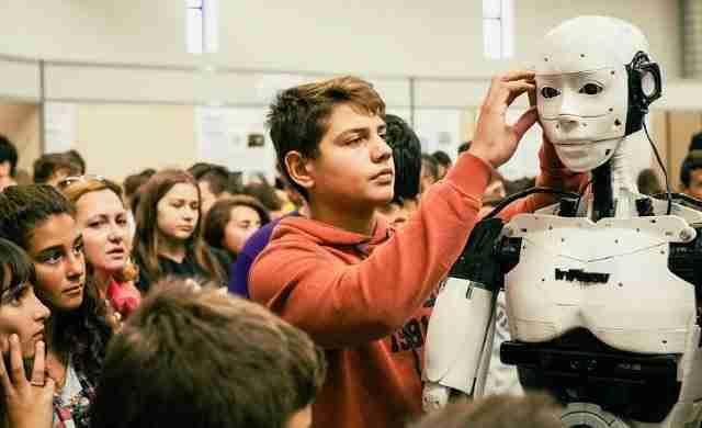 15χρονος από την Καβάλα κατασκεύασε ανθρωποειδές ρομπότ με 500 ευρώ!