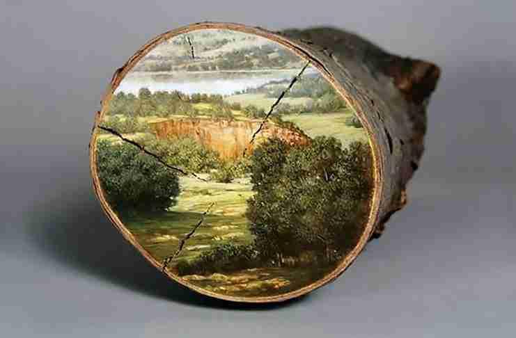 Παίρνει κορμούς δέντρων και τους μετατρέπει σε όμορφα έργα τέχνης!