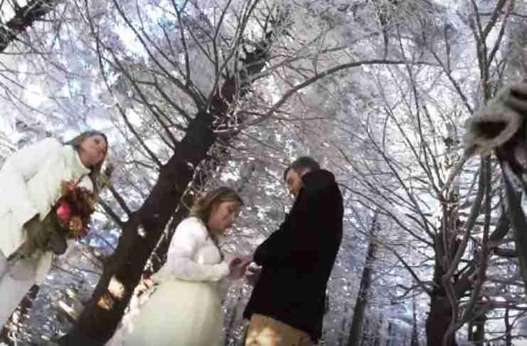 Έβαλαν τον σκύλο τους να βιντεοσκοπήσει το γάμο τους. Το αποτέλεσμα; Υπέροχο!