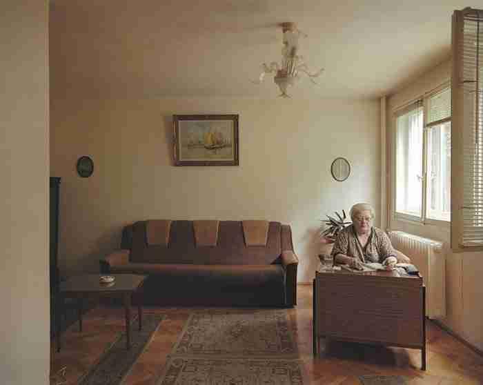 Φωτογράφος παρουσιάζει πόσο διαφορετικά ζουν οι άνθρωποι σε ολόιδια διαμερίσματα..