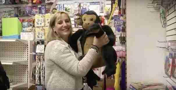 Αυτή η γυναίκα αγόρασε ολόκληρο κατάστημα παιχνιδιών για να προσφέρει δώρα στα άστεγα παιδιά τα Χριστούγεννα!
