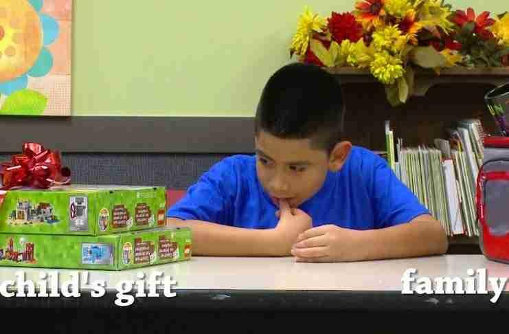 Πρόσφεραν σε φτωχά παιδιά δύο δώρα: Ένα για αυτά και ένα για τους γονείς τους. Αλλά μπορούν να επιλέξουν μόνο ένα