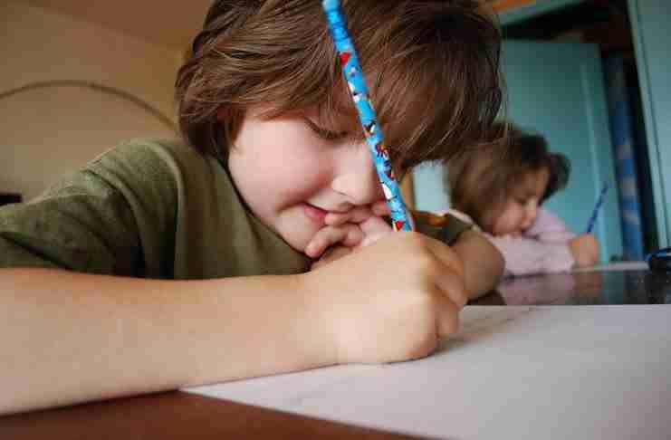 Ζήτησαν από ένα 8χρονο να περιγράψει τη γιαγιά και τον παππού. Τι έγραψε; Ανεκτίμητο!