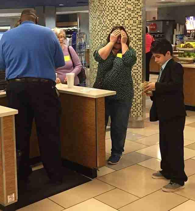 Αυτό το αγόρι μαζεύει όλο το χρόνο χρήματα, φοράει τα καλά του και πάει στο μοναδικό μέρος που θα ήθελε να βρίσκεται