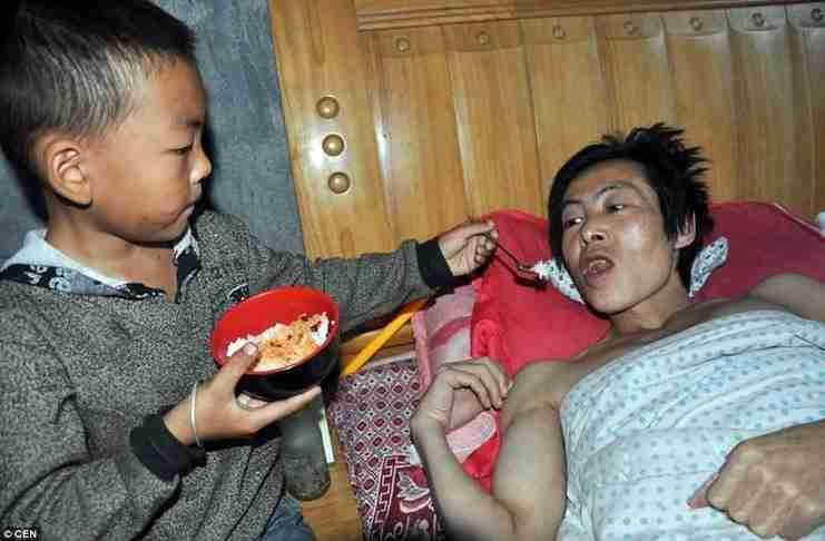 7χρονος ήρωας φροντίζει ολομόναχος τον παράλυτο πατέρα του