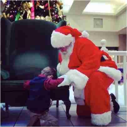 Αυτό το μικρό αγόρι παρακαλάει τον Άγιο Βασίλη για ένα πολύτιμο δώρο. Αλλά όχι για τον εαυτό του.