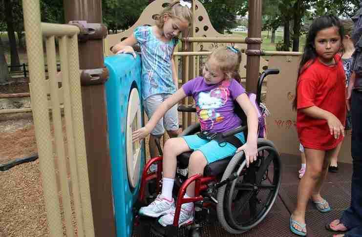 Κατασκεύασαν την πρώτη παιδική χαρά για παιδιά με αναπηρία!