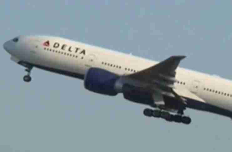 Μόλις ο πιλότος τον είδε να στέκεται στο παράθυρο γύρισε αμέσως το αεροπλάνο πίσω