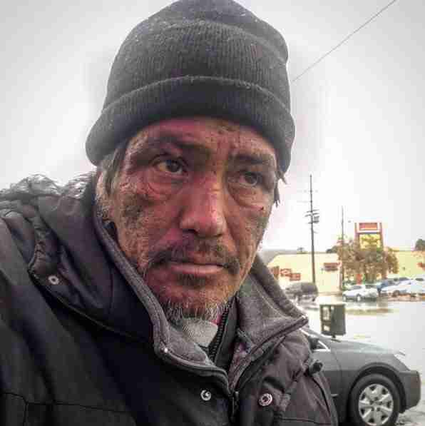 Η δημοσιογράφος τον ρώτησε γιατί είναι άστεγος. Δεν είχε ιδέα με τι άνθρωπο μιλούσε..